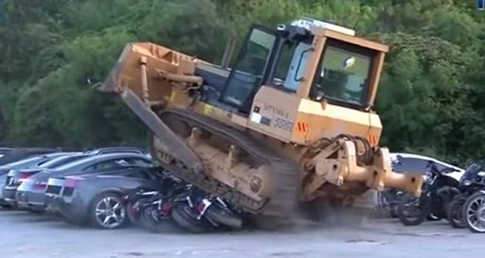 رئيس الفلبين يأمر بتدمر عشرات السيارات الفاخرة