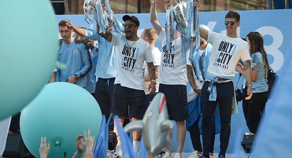 لاعبوا مانشستر سيتي يحتفلون بفوزهم ببطولة الدوري الإنجليزي