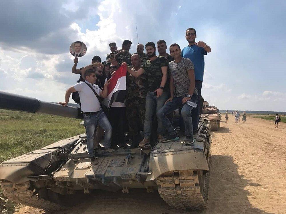 جالية سورية على ظهر إحدى الدبابات السورية المشاركة في سباق بياتلون الدبابات بدورة الألعاب العسكرية في موسكو