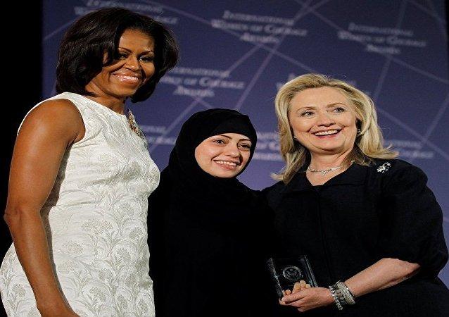 الناشطة السعودية سمر بدوي بين هيلاري كلينتون وميشيل أوباما زوجة الرئيس الأمريكي السابق باراك أوباما