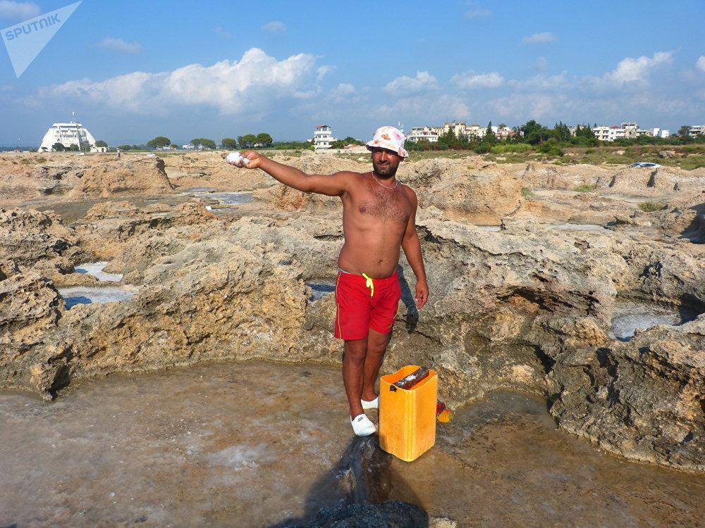 شاب سوري يعتمد على جمع الملح البحري لتأمين دخله
