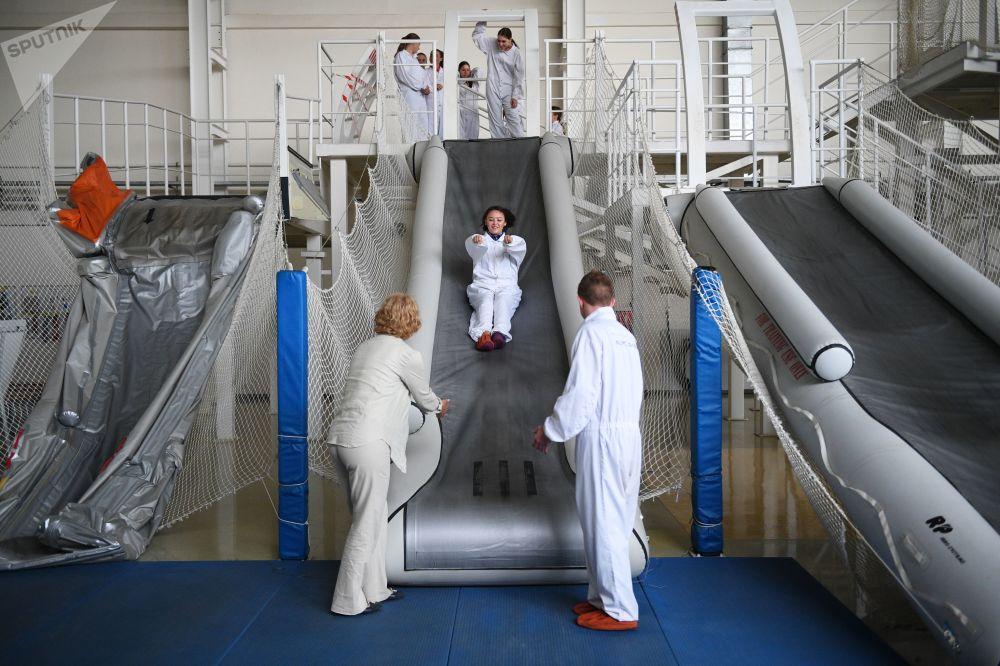 طلبة مركز تدريب لطواقم الطيران حول عمليات الإنقاذ في حالات الطوارئ بحر-بر في شركة الخطوط الجوية الروسية أيروفلوت