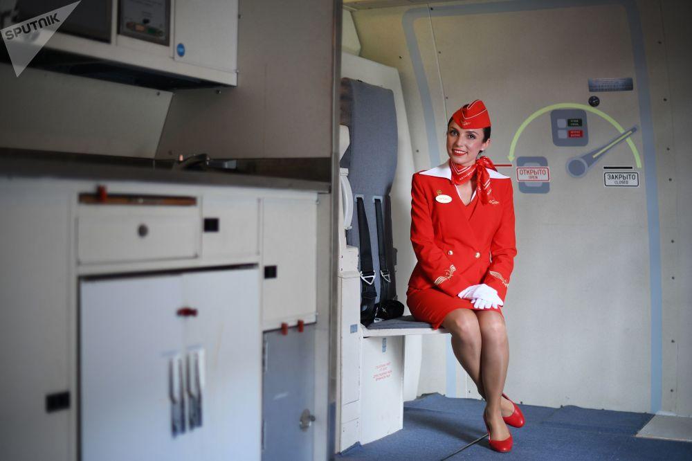 سفيتلانا أوبلومسكايا، المدربة المرشدة في شركة آيروفلوت للطيران تقدم إرشادات حول عملية الإنقاذ بحر-بر