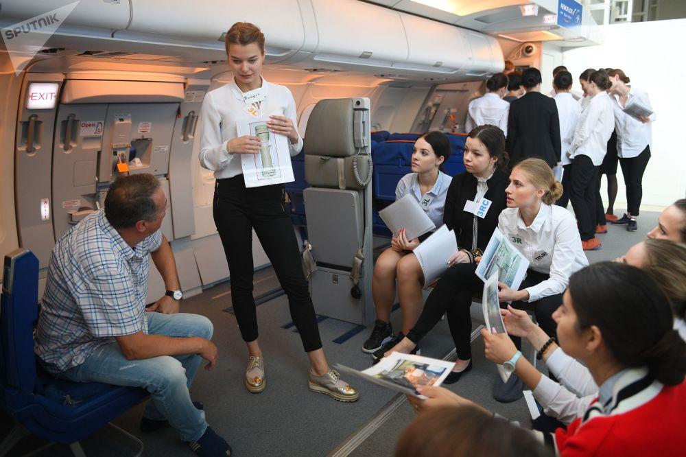 طلبة مركز تدريب لطواقم الطيران وتقديم الإرشادات  حول عمليات الإنقاذ في حالات الطوارئ بحر-بر في شركة الخطوط الجوية الروسية أيروفلوت.