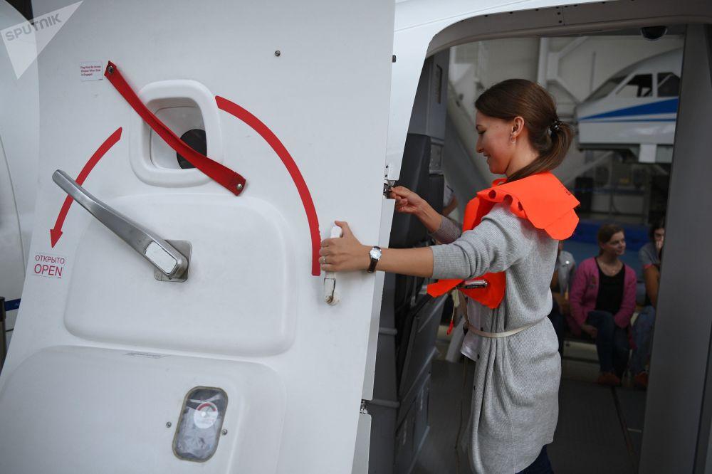 طلبة مركز تدريب لطواقم الطيران وتقديم الإرشادات  حول عمليات الإنقاذ في حالات الطوارئ بحر-بر في شركة الخطوط الجوية الروسية أيروفلوت