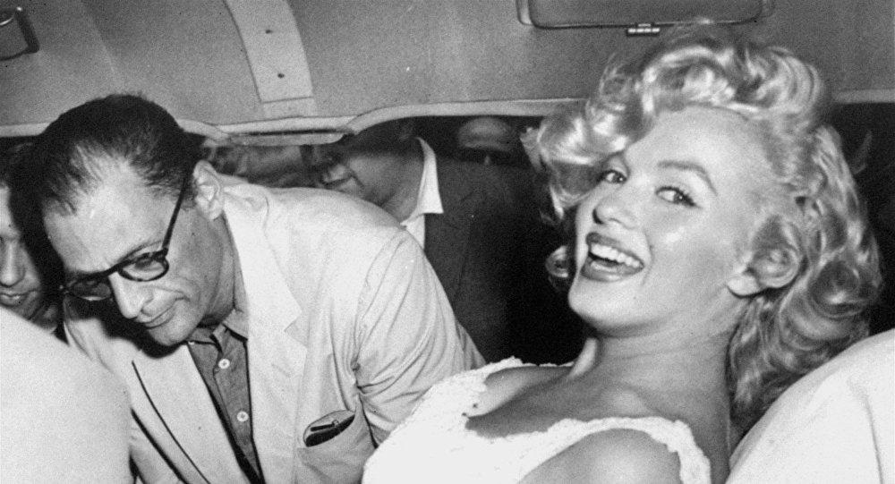 الممثلة الأمريكية مارلين مونرو مع زوجها آرثر ميلر