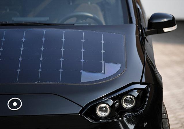 ألواح الخلايا الشمسية على غطاء محرك السيارة الألمانية سيون في ميونيخ في ألمانيا، 7 أغسطس/آب 2018