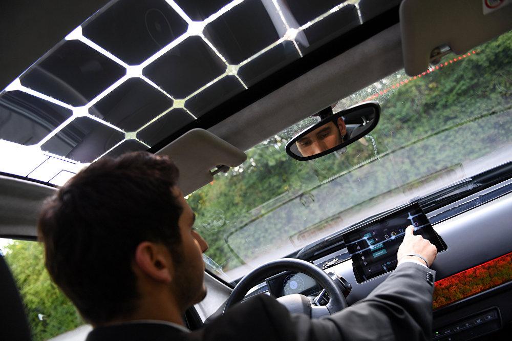 لورين هان، الشريك المؤسس لشركة السيارات الشمسية الألمانية سونو موتورز، يجلس وراء عجلة القيادة الخاصة بسياراتهم النموذجية سيون في ميونيخ في ألمانيا، 7 أغسطس/آب 2018