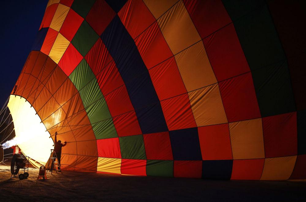 إعداد المناطيد لرحلة فوق سماء كابادوكيا، تركيا