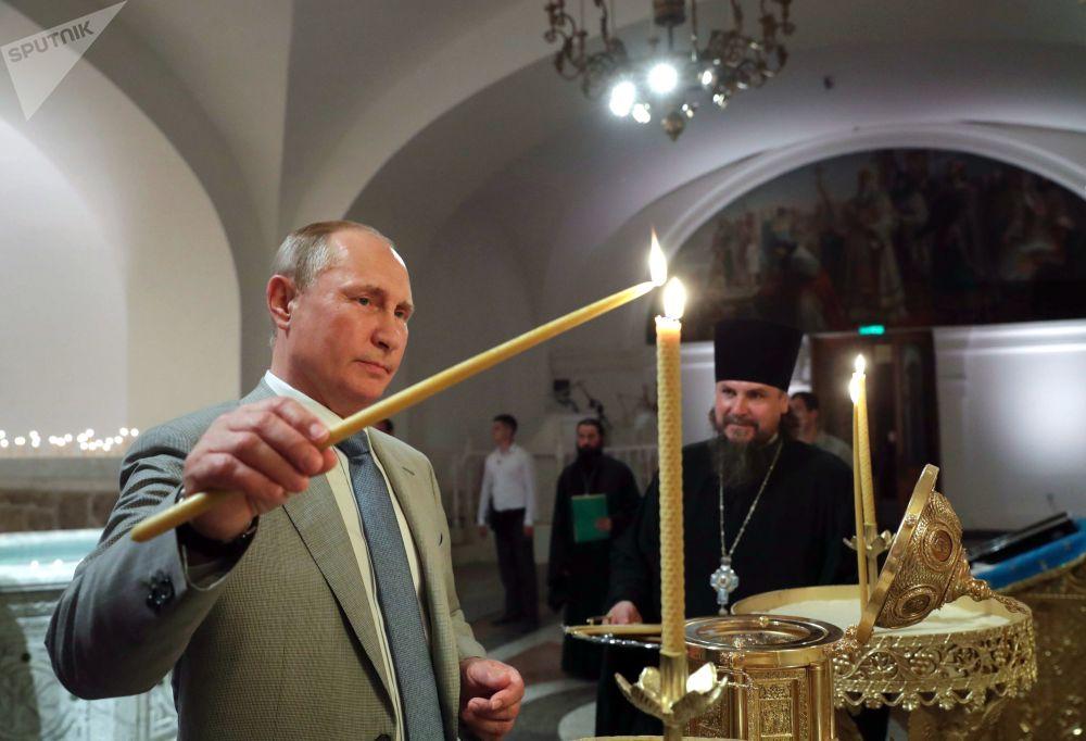 الرئيس الروسي فلاديمير بوتين خلال زيارته لكاتدرائية فلاديمير على أراضي المتحف الحكومي التاريخي الأثري خيرسونيس تافريتشيسكي