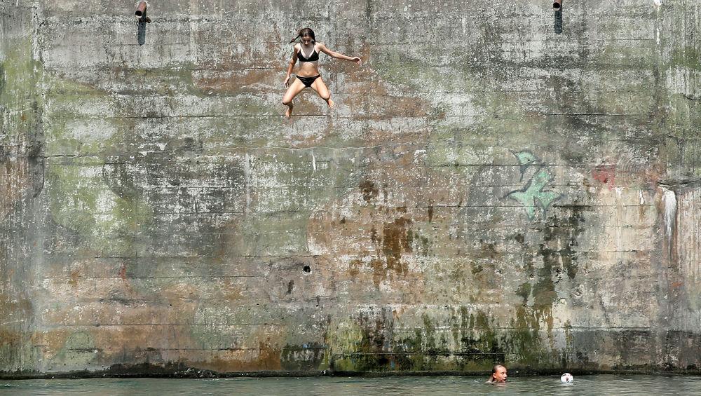 فتاة تقفز إلى مياه نهر راين، سويسرا 6 أغسطس/ آب 2018