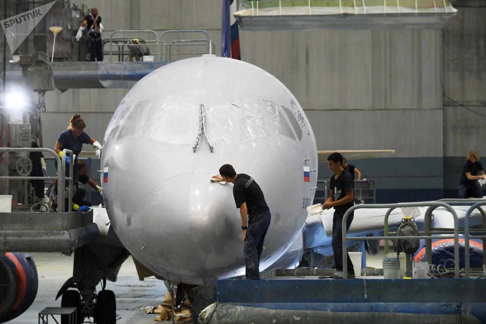 طلاء طائرة سوخوي سوبرجت 100 في شركة الخطوط الجوية آيروفلوت في أوليانوفسك