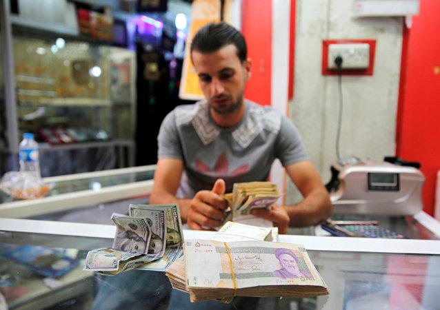 بائع يتفقد الريال الإيراني في محل لبيع العملات في بغداد ، العراق 8 أغسطس/ آب 2018