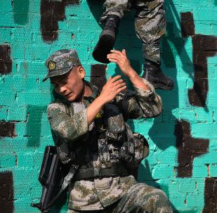 عسكريون من الصين في سباق طريق جندي الاستطلاع في إطار مسابقة الألعاب العسكرية الدولية أرميا -2018  (الجيش - 2018) في نوفوسيبيرسك
