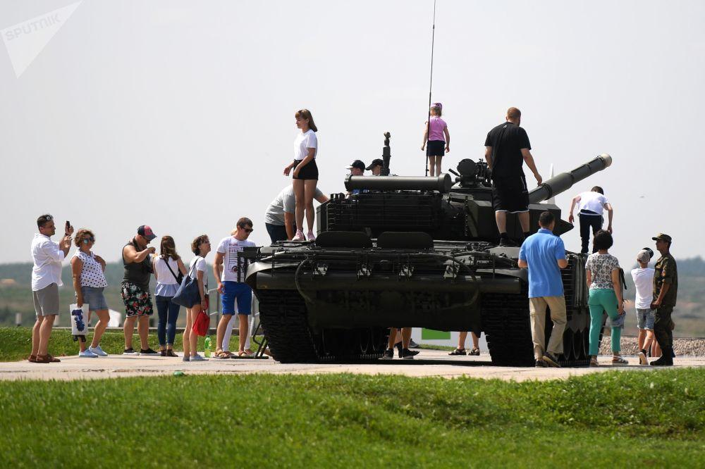 الجمهور في سباق بياتلون الدبابات - 2018 في إطار مسابقة الألعاب العسكرية الدولية أرمي -2018  (الجيش - 2018) في حقل ألابينو بضواحي موسكو