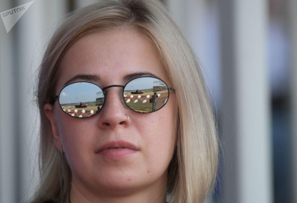 امرأة من الجمهور خلال مرحلة طريق قوات الاستطلاع في إطار مسابقة الألعاب العسكرية الدولية أرمي -2018  (الجيش - 2018) في حقل ألابينو بضواحي موسكو