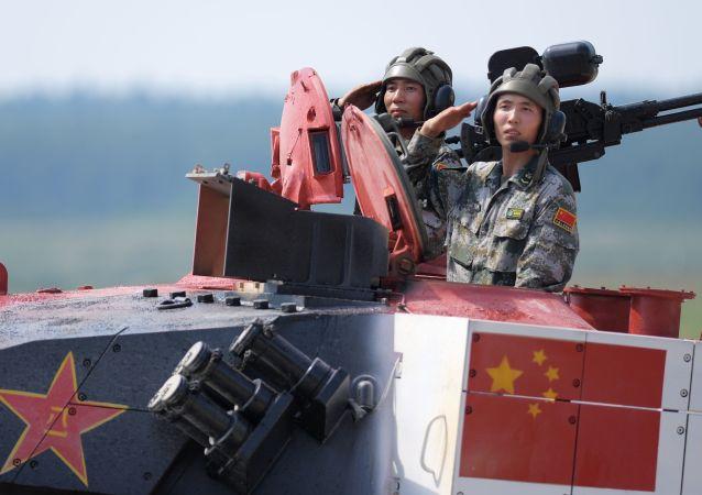فريق الصين بياتلون الدبابات - 2018 في إطار الألعاب العسكرية الدولية أرمي -2018  (الجيش - 2018) في حقل ألابينو بضواحي موسكو