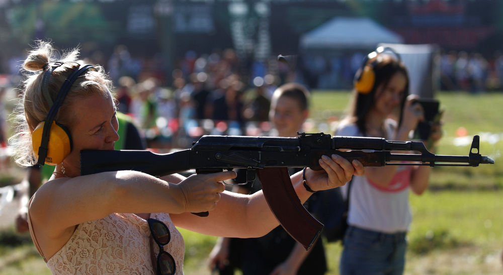 امرأة تجرب بندقية كلاشنيكوف في إطار مسابقة الألعاب العسكرية الدولية أرمي -2018  (الجيش - 2018) في مورمانسك الروسية