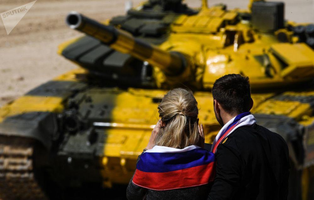 الجمهور خلال سباق بياتلون الدبابات - 2018 في إطار مسابقة الألعاب العسكرية الدولية أرمي -2018  (الجيش - 2018) في حقل ألابينو بضواحي موسكو