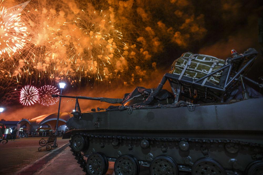 ألعاب نارية خلال مراسم الحفل الختامي للألعاب العسكرية الدولية أرمي -2018  (الجيش - 2018) في حقل ألابينو بضواحي موسكو