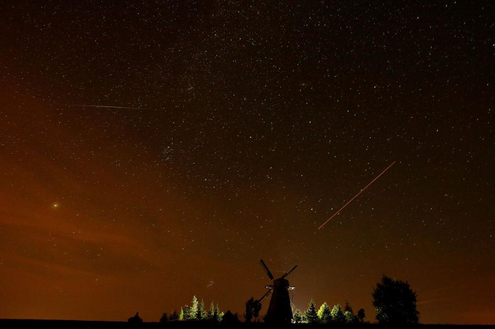 سماء مليئة بالنجوم في بيلاروسيا أثناء مطر النيازك شهب البرشاويات