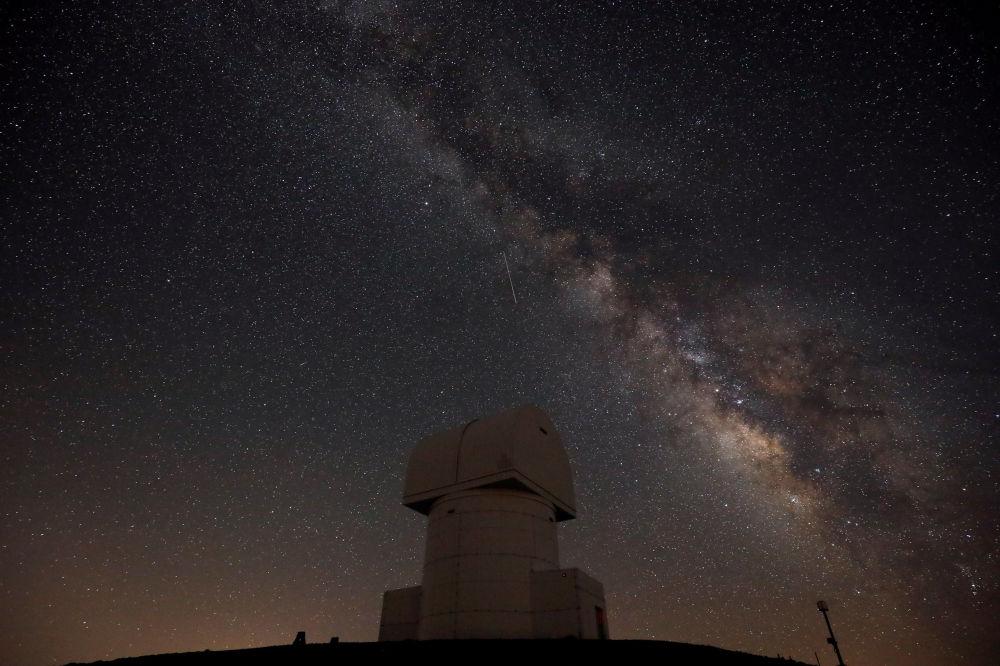 سماء مليئة بالنجوم في اليونان أثناء مطر النيازك شهب البرشاويات