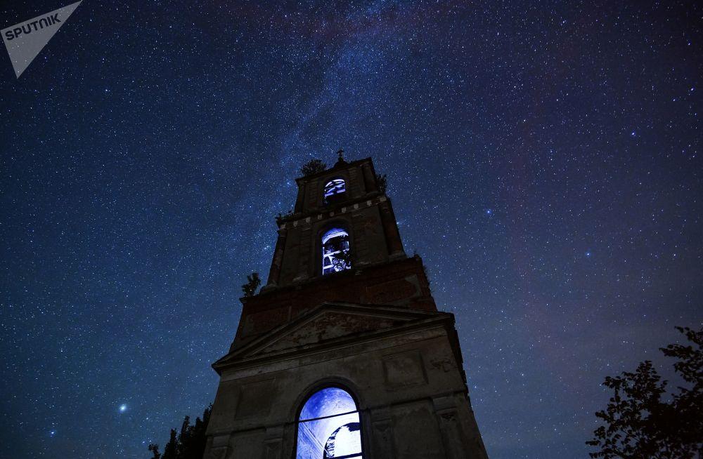 سماء مليئة بالنجوم في منطقة فلاديمير الروسية أثناء مطر النيازك شهب البرشاويات