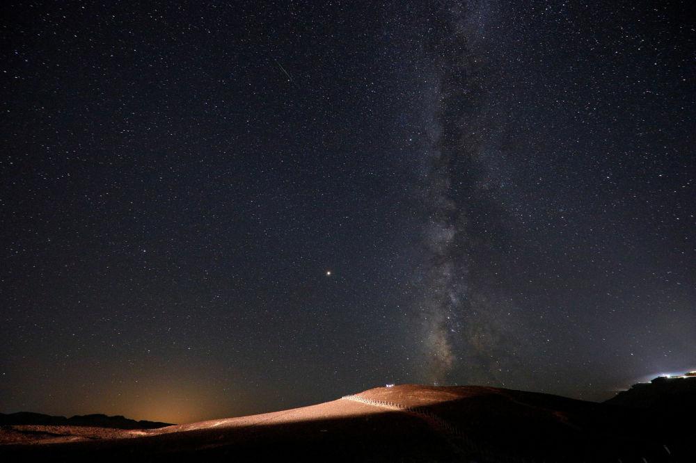 سماء مليئة بالنجوم في إسرائيل أثناء مطر النيازك شهب البرشاويات