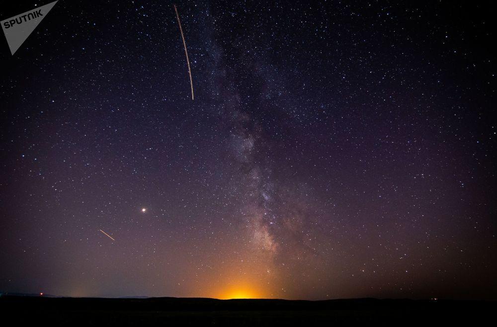 سماء مليئة بالنجوم في إقليم كراسنودار الروسي أثناء مطر النيازك شهب البرشاويات