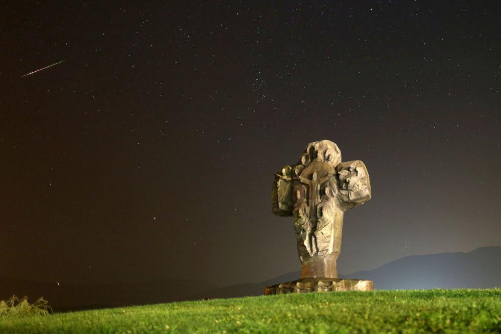 سماء مليئة بالنجوم في البوسنة والهرسك أثناء مطر النيازك شهب البرشاويات