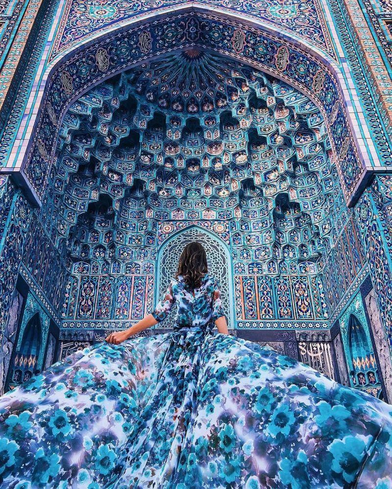 صورة فوتوغرافية للمصورة كريستينا ماكييفا من سلسلة صور فتاة في ثوب في مسجد سان بطرسبورغ، روسيا