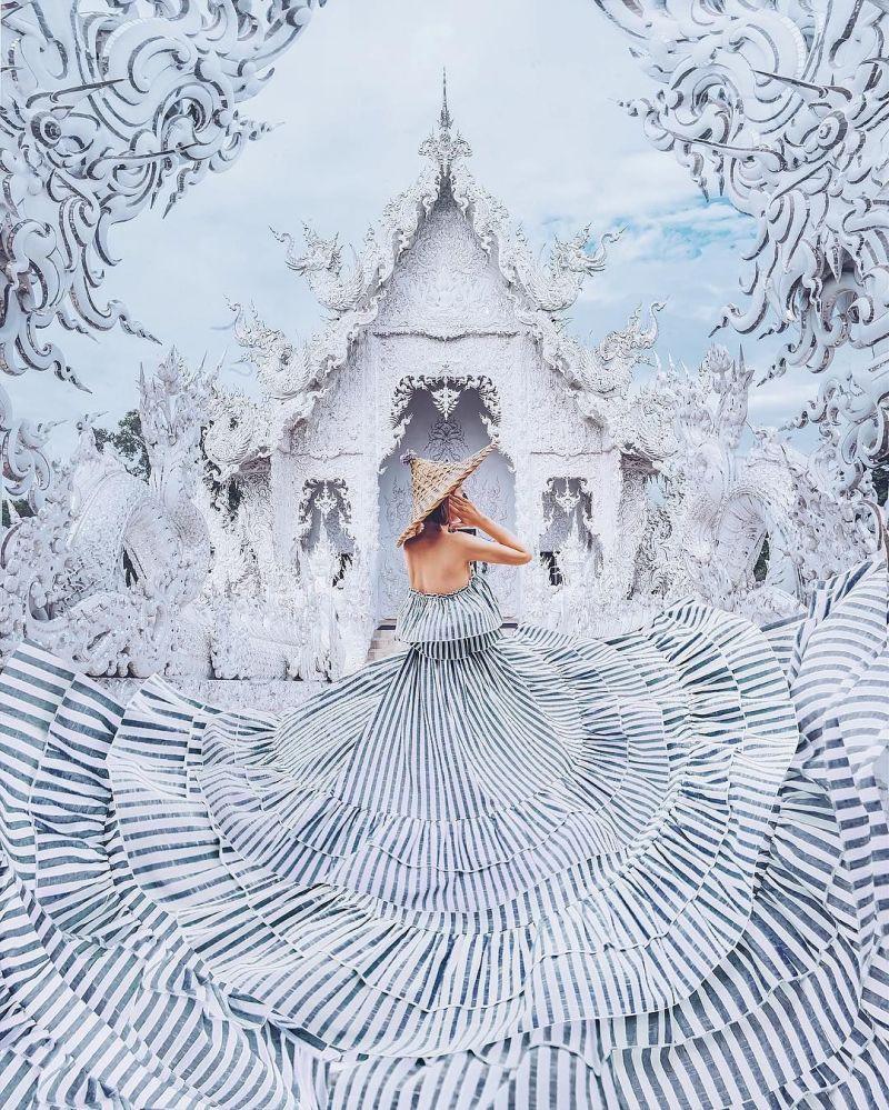 صورة فوتوغرافية للمصورة كريستينا ماكييفا من سلسلة صور فتاة في ثوب في معبد بوذي وات رونغ خان في تايلاند