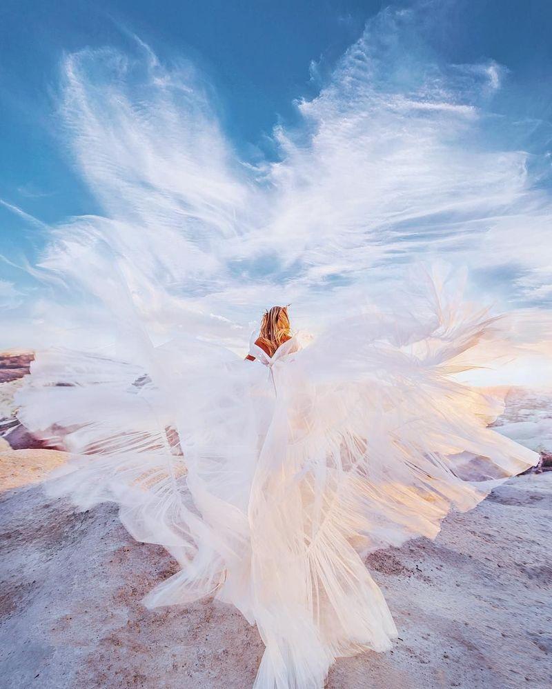 صورة فوتوغرافية للمصورة كريستينا ماكييفا من سلسلة صور فتاة في ثوب في كابادوكيا في تركيا