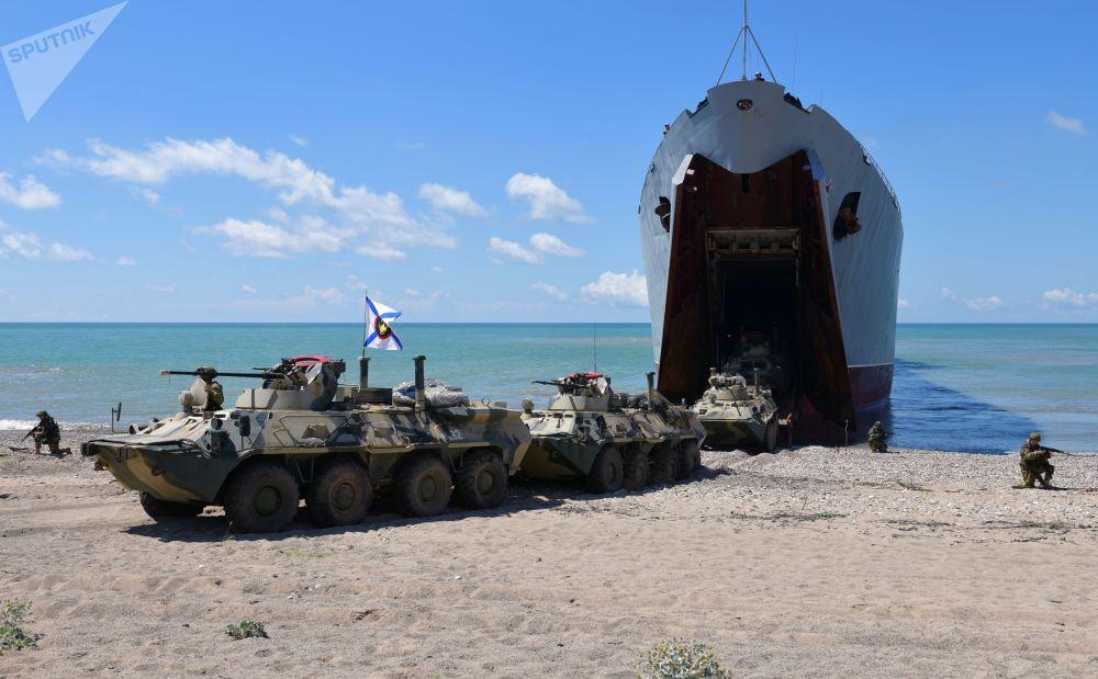 إنزال بحري من سفينة برمائية كبيرة نيكولاي فيلتشينكوف خلال المناورات التكتيكية في جنوب أبخازيا