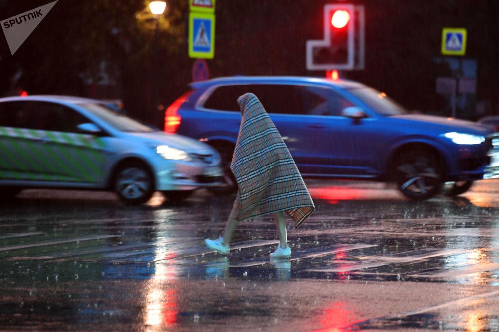 أحد المارين خلال الأمطار الغزيرة في موسكو