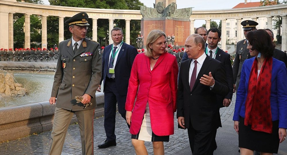 وزيرة الخارجية النمساوية مع الرئيس الروسي فلاديمير بوتين