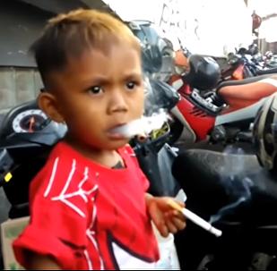 طفل بعمر السنتين ونصف مدمن على التدخين