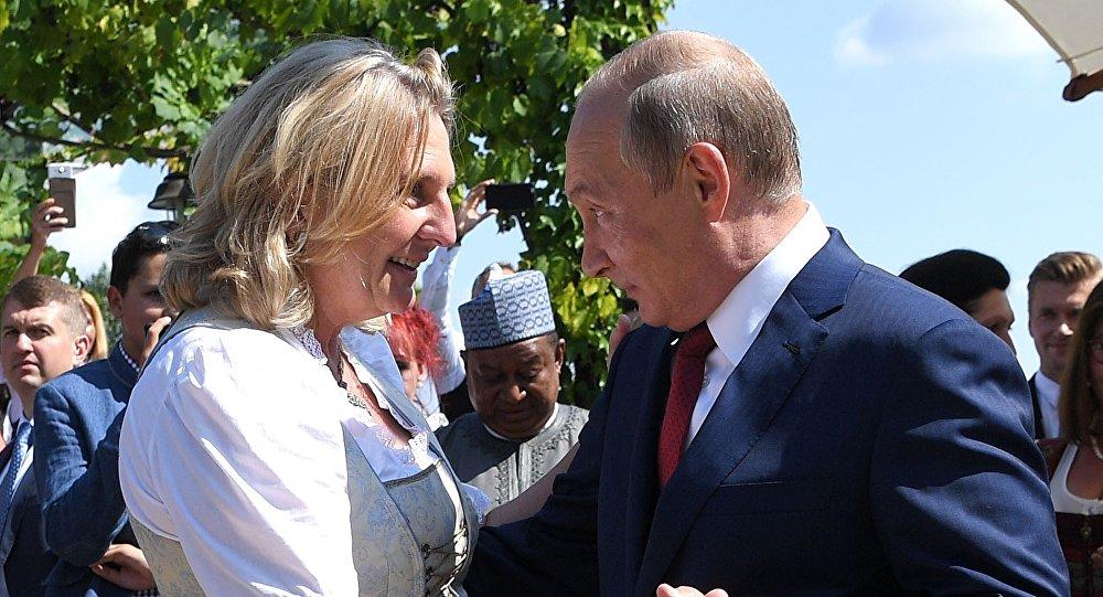 الرئيس الروسي فرديمير بوتين يرقص مع وزير الخارجية النمساوي كنيسل في حفل زفافها في جامليتز، 18 أغسطس/آب 2018