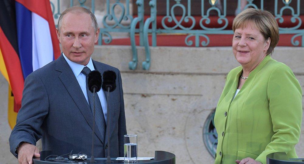 الرئيس الروسي فلاديمير بوتين مع المستشارة الألمانية أنجيلا ميركل في ألمانيا