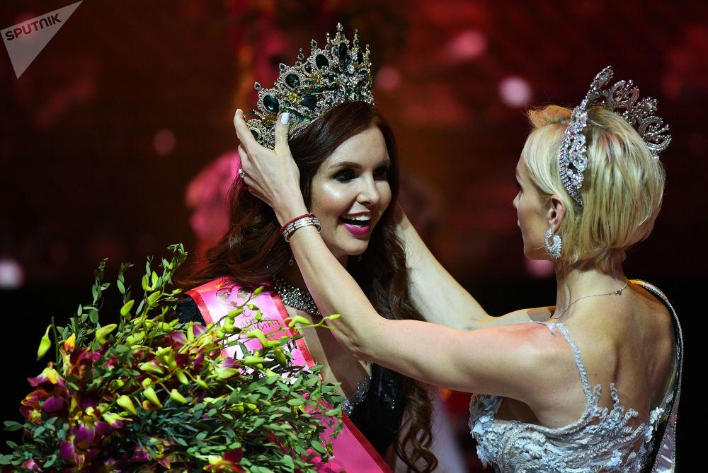 كسينيا أندرييفا (يسار، من سان بطرسبورغ) خلال نهائي مسابقة ملكة جمال روسيا لعام 2018