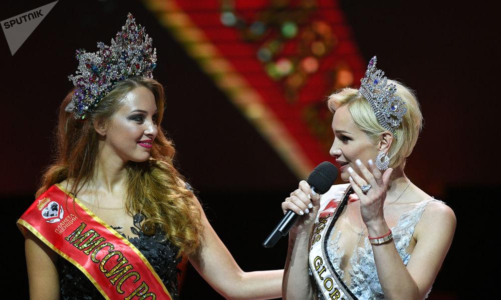 بولينا ديبروفا (يسار) مكلة جمال روسيا لبعام 2017 تمنح تاج المسابقة للفائزة باللقب آنا تيليغينا