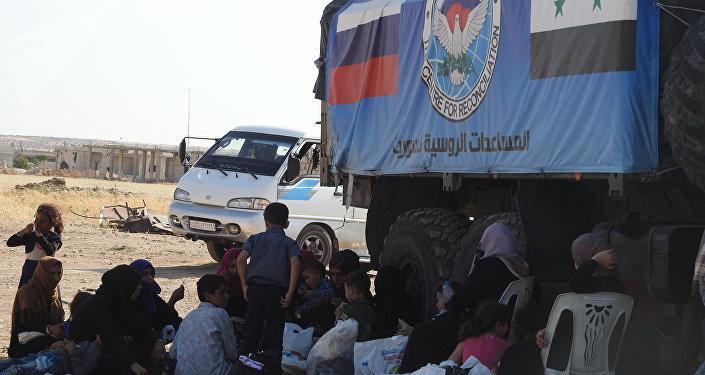أبو الظهور...الجنود والأطباء الروس يخففون معاناة المدنيين الخارجين من إدلب