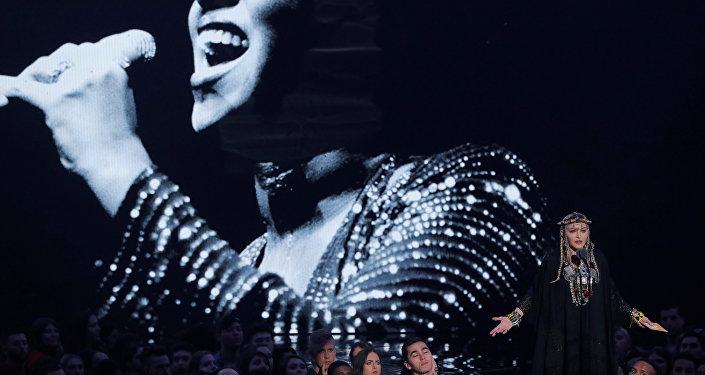 المطربة الأمريكية مادونا خلال إلقائها كلمة عن المطربة الراحلة أريثا فرنكلين في حفل جوائز إم تي في, 20 أغسطس/آب 2018