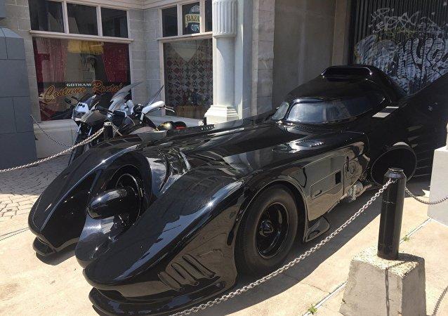 الشرطة الكندية تلاحق باتمان وتوقفه لتأخذ صورة معه