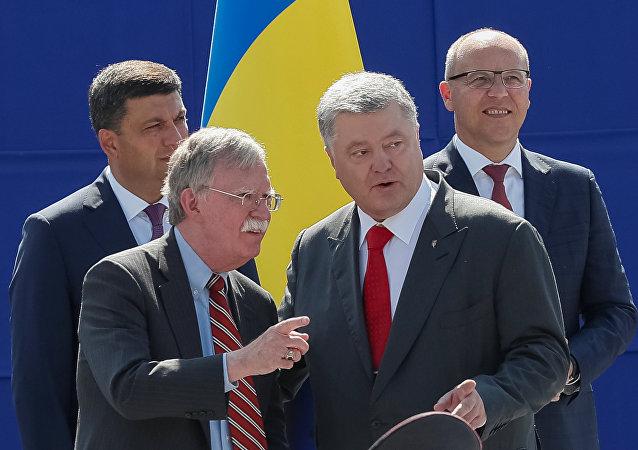 مستشار الرئيس الأمريكي لشؤون الأمن القومي جون بولتون والرئيس الأوكراني بيوتر بوروشينكو
