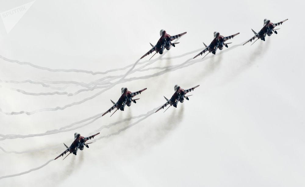 طائرات ميغ-29 من فرقة الاستعراض الجوي ستريجي خلال عرض للطيارين في إطار افتتاح المنتدى الدولي أرميا 2018 (الجيش 2018 في كوبينكا، ضواحي موسكو