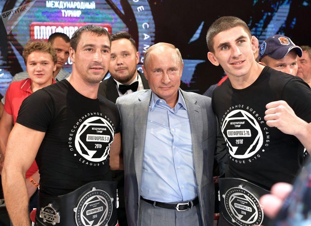 الرئيس فلاديمير بوتين خلال حفل توزيع جوائز البطولة الدولية للشامبو بلاتفورما إس-70