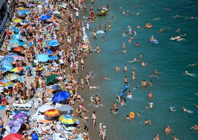 عطلة صيفية على شاطئ البحر في بلدة سيميز في القرم