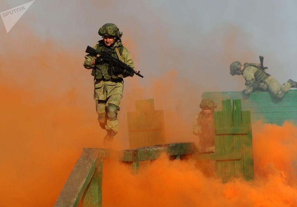 عسكريون خلال البروفة قبل بدء مراسم افتتاح المنتدى التقني العسكري الدولي أرميا - 2018 (الجيش - 2018 في منطقة كاداموفسكايا في روستوفسكايا أوبلست