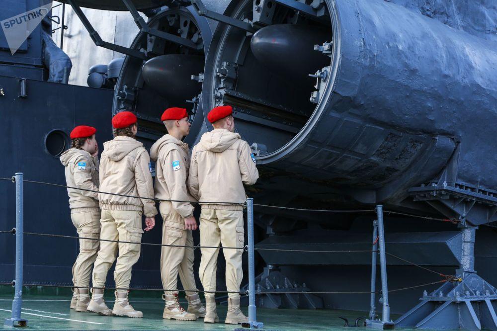 أعضاء يون أرمي (جيش الشباب) يتفقدون المنظومة الصاروخية بي-120 (مالاخيت) على سفينة آيسبرغ في سيفيرومورسك